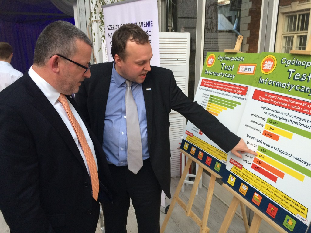 zdjęcie przedstawiające Jakuba Christoph'a objaśniającego Damienowi O'Sullivan wyniki Ogólnopolskiego Testu Informatycznego.