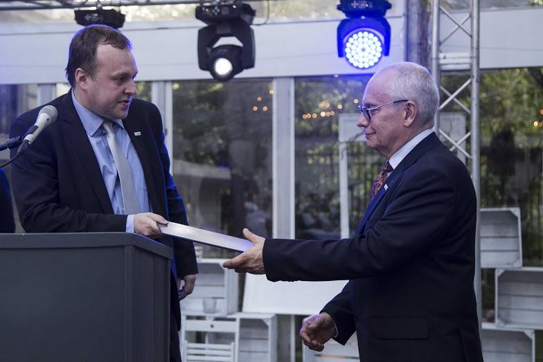 Jakub Christoph wręcza nominację do Best Practice Award 2016 Jackowi Pulwarskiemu